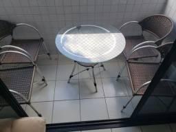 Conjunto de cadeiras com mesa