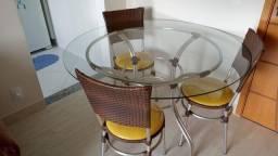 Linda mesa com 3 cadeiras