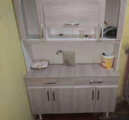 Sofá e armário de cozinha.
