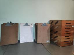 Caixa correspondência, pranchetas e pasta AZ