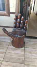 Banco em formato de mão