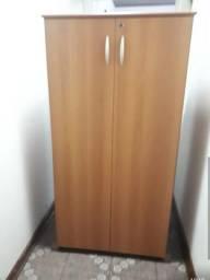 Armário de madeira com prateleiras