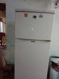 Uma geladeira dako