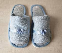 Título do anúncio: Chinelo pantufa em tecido azul bebê