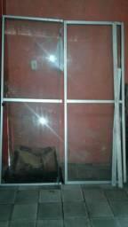 Vendo uma porta de vidro 500 reais . valor a negociar