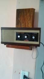 Rádio em caixa de madeira em pleno funcionamento