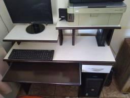 Computador com mesa e impressora
