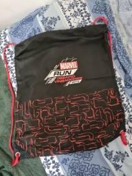 Sacola-mochila com cordão