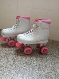 Vendo patins infantil tamanho 31, cor rosa com branco, 4 rodas