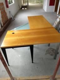 Mesa com três módulos, em madeira e vidro e base metálica preta