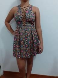 Vestido curto decotado e saia plissada (M)