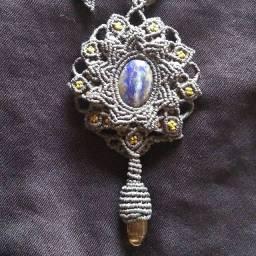 Colar de macramé com pedras naturais de Lápis Lazuli e Quartzo Fumê