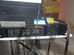 Mesa de som em uma caixa duas caixas de som