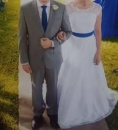 Vestido de noiva com faixa azul royal