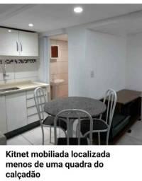 Kitnet mobiliada localizada menos de uma quadra do Calçadão no Centro de Cascavel ?