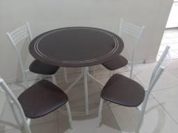 Título do anúncio: Uma Mesa com 4 cadeiras, uma messa de TV
