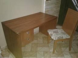 Mesa com duas gavetas cor madeirada acompanha cadeira