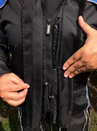 Jaqueta, calça (Yamaha) e capacete completo