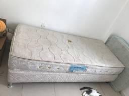 3 camas de solteiro (2 box + colchão / 1 box conjugado) 1 mesa vidro com quatro cadeiras