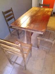 Mesa de Sucupira com seis cadeiras.