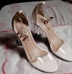 Tênis infantil e sapato feminino