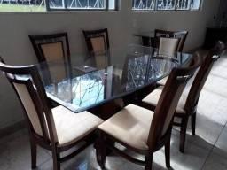 Mesa de jantar com seis cadeira e aparador