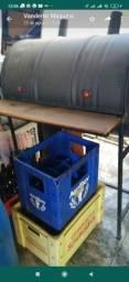 Vendo churrasqueira a bafo jogos de mesas e algumas caixas de cerveja vazias
