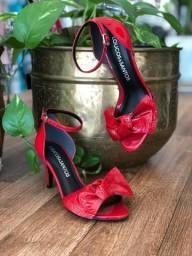 Sandália com laço vernizada loucos & santos