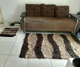 Vendo esse sofá bem conservado acompanhar tapete