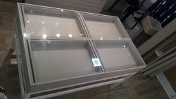 Mesa expositora 4 gavetas e tampa de vidro