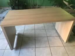 Mesa de madeira com rodinha