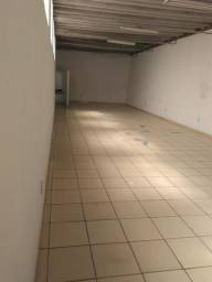 Salão com 2 banheiros com piso