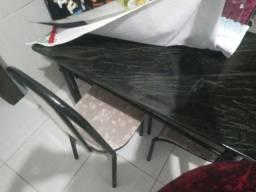 Mesa de quatro cadeiras. Nova