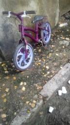 Bicicleta pequena semi nova
