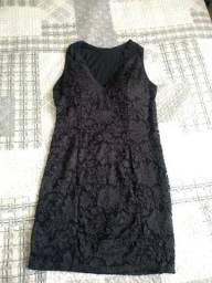 Vestido preto com renda e decote lindo
