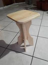 Banco baixo em madeira