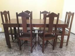 Mesa com 6 cadeiras de madeira