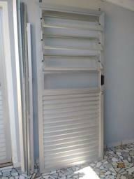 Porta de Alumínio com Janela Basculante