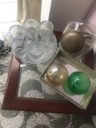 Mesa de canto, copos,baleiro,bandeira e duas bolas de vidro