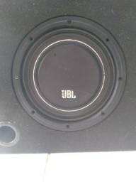 """Subwoofer JBL Slim de10"""" com caixa dutada e acabamento para força!"""
