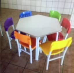 Conjunto infantil sextavado com 6 cadeiras