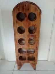 Adega em madeira com capacidade para 12 garrafas