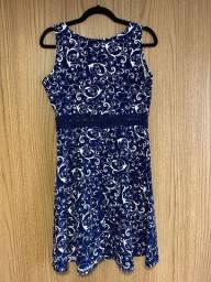 Vestido estampado em azul e branco