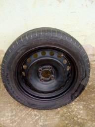 Título do anúncio: Vendo uma roda 15 furação 4/100 com pneu semi novo Pirelli valor 200 reais