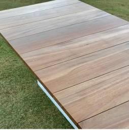 Mesa de jantar em madeira da marca breton