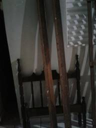 Vendo cama de madeira de solteiro