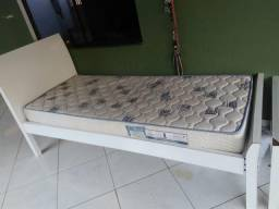 Duas camas de solteiros com colchão