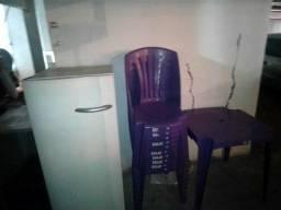 Vendo Geladeira Frizer e dois jogos de mesas e cadeiras