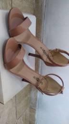 Sandália salto fino nude 38