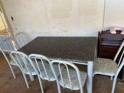 Mesa de granito com 6 cadeira